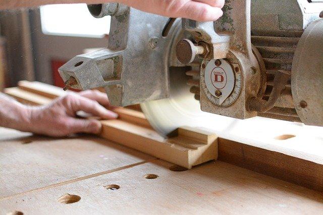 kappsäge beim schneiden von Holz